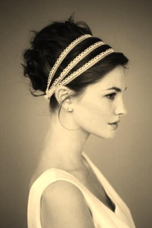 Coiffure chignon romantique et flou avec un headband