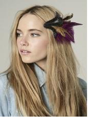porter accessoires cheveux plumes