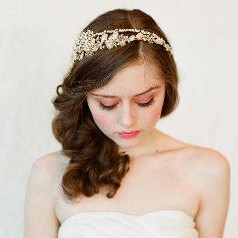 Idée coiffure de mariage avec couronne de ...