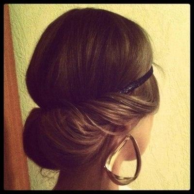 Coiffure bandeau cheveux enroules