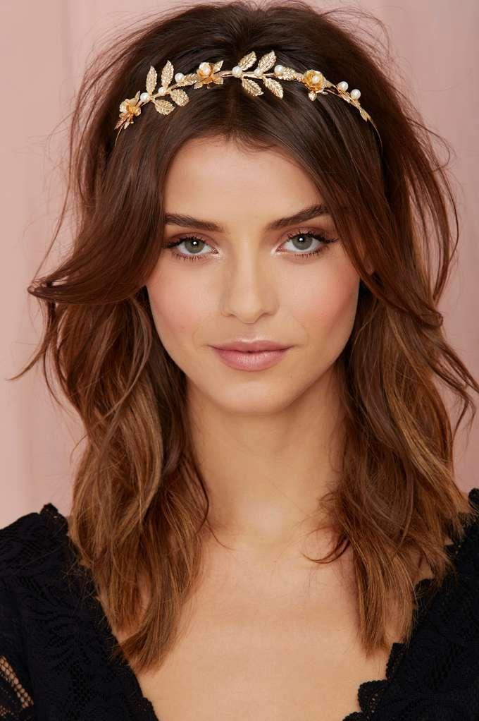 Une touche de lumière dans les cheveux. Un accessoire doré