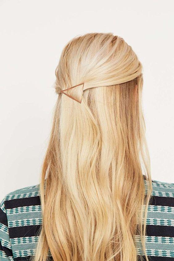 mettre barrette cheveux originale