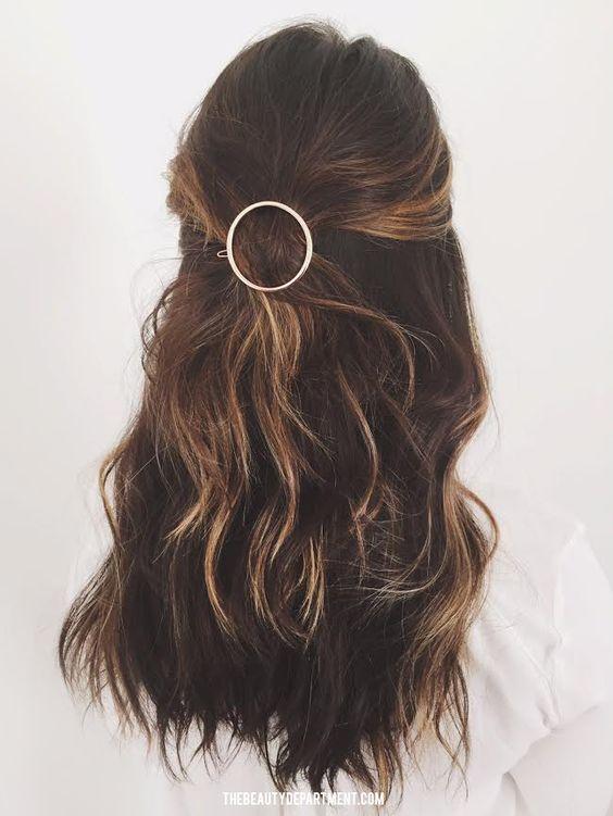recherche de liquidation nouvelle saison tout à fait stylé Comment s'attacher les cheveux ?